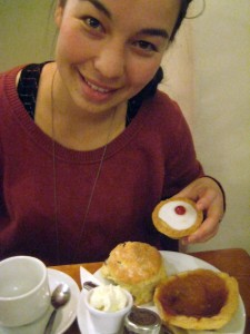 A happy kid! Bakewell tart, bakewell pudding, and scone w/jam&cream!